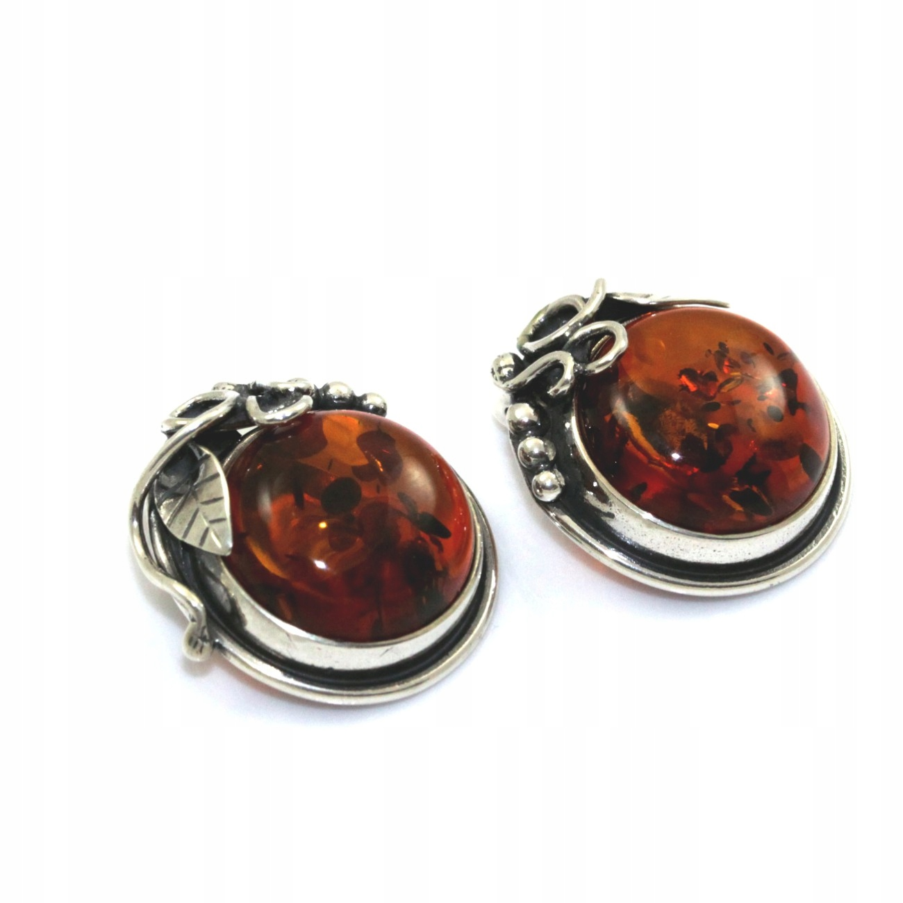 Štýlový clip-on náušnice s prírodnými amber