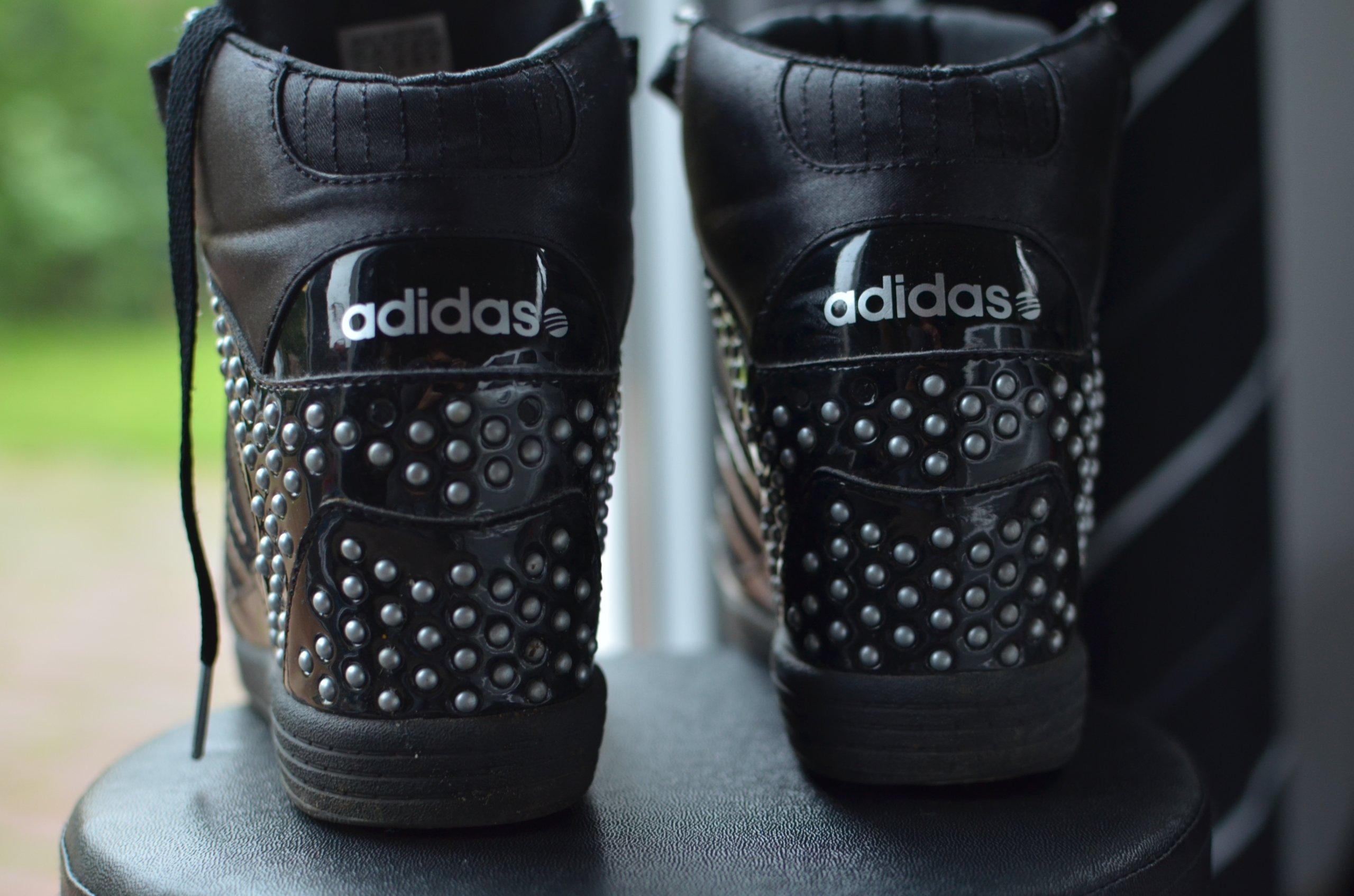 buty z ćwiekami adidas Selena Gomez na koturnie