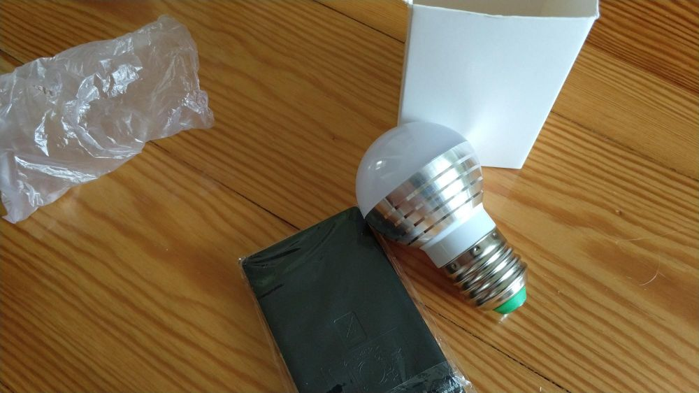Żarówki LED E27 RGB gratis pilot.