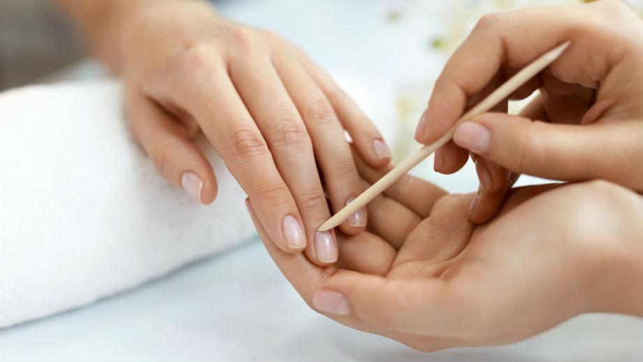 Suche skórki przy paznokciach – jakie preparaty sobie z nimi poradzą?