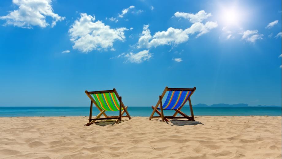 Ręcznik, leżak, a może materac: wygodnie na plaży. Co wybrać?