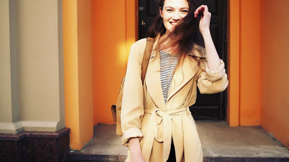 Modne dopasowane płaszcze z paskiem w talii