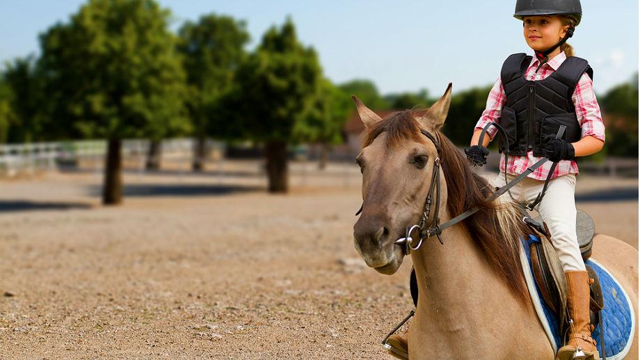 Stylizacje na jazdę konną dla dziewczynki